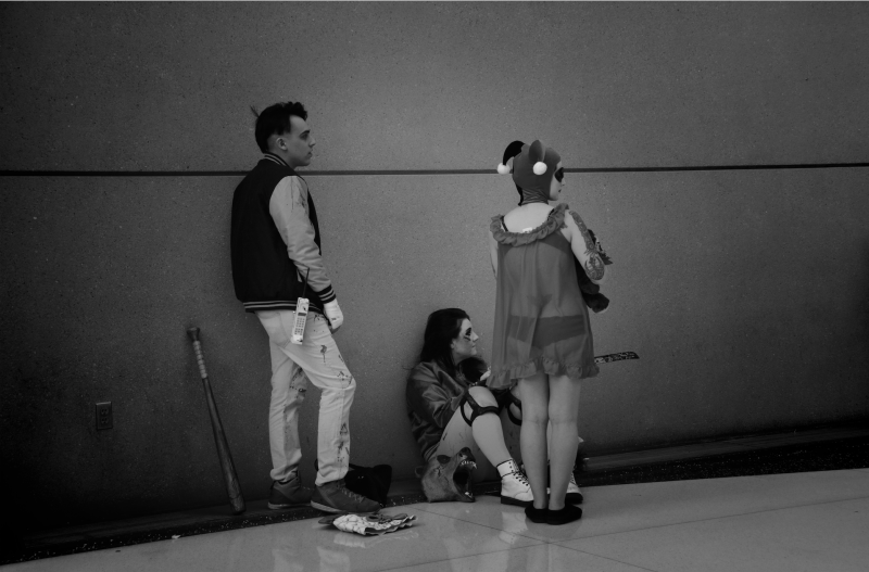 digital photograph portrait cosplay convention c2e2 chicago  waiting black and white harley quinn